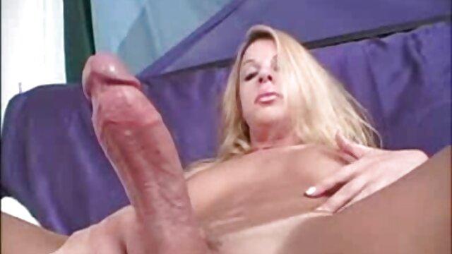 A fiatal nő, a fiatal nők retró szex videók jól érzik magukat, friss ismerik egymást